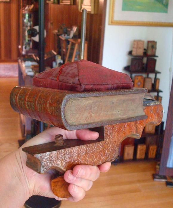 Igielnik z podstawką w kształcie książki (można go było przykręcić do stołu).