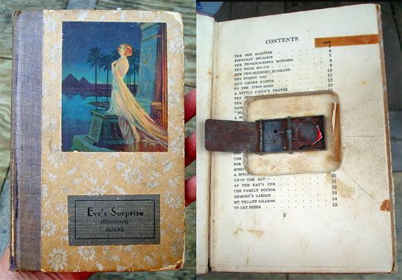Wybuchowa książka. Popularny w latach 40. i 50. w USA gadżet kupowany zwykle przez chłopców chcących zrobić komuś psikusa. W środku znajduje się urządzenie z nasadką, gdzie wkłada się kapiszona.
