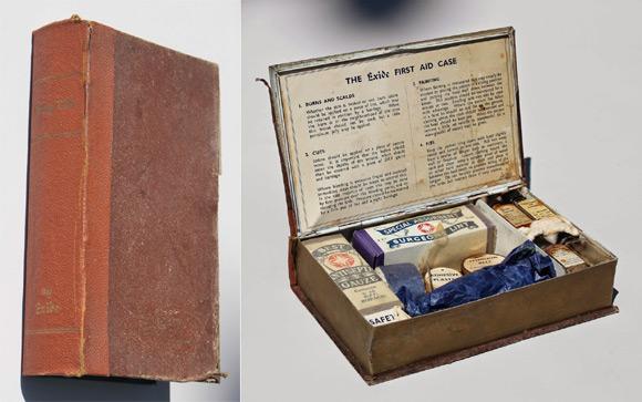 Czy wiecie, że pierwsza w historii apteczka pierwszej pomocy produkowana specjalnie z myślą o samochodach również miała kształt książki? Na przedniej obwolucie znajdował się cytat z Dickensa, na grzbiecie zaś umieszczono napis stylizowany na tytuł: