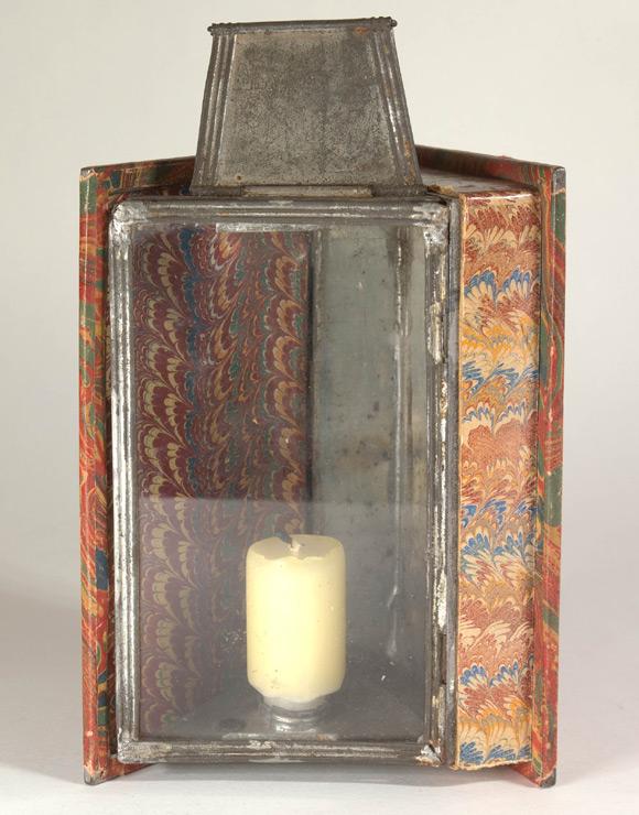 Kieszonkowy lampion w kształcie książki (ok. 1830 roku).
