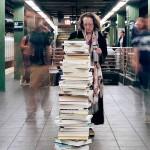 Tajemnicze stosy książek w Nowym Jorku, czyli jak pewien artysta podzielił się z obcymi ludźmi swoją biblioteczką