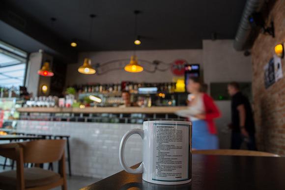 """Cień eunucha"" na kubku w kawiarni."