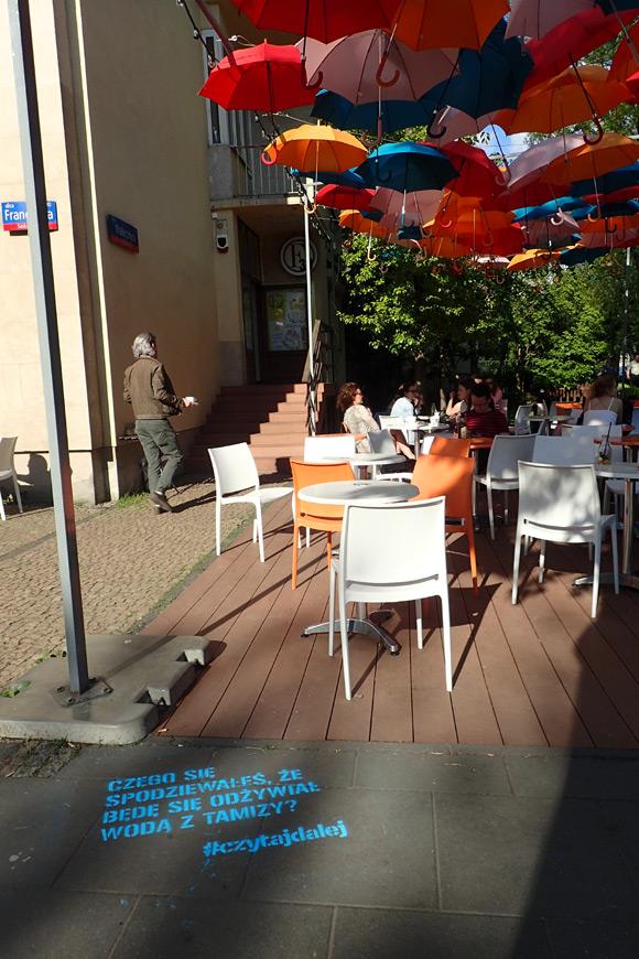"""""""Cień eunucha"""" na chodniku przed kawiarnią."""