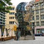Ruchoma głowa Franza Kafki na ulicy Pragi