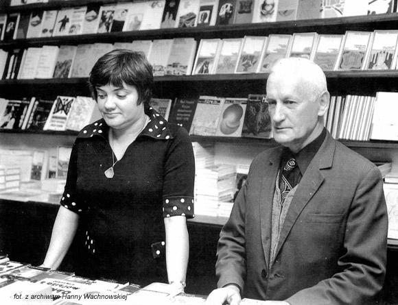 Księgarnia PIW-u przy ul. Foksal 17 w latach 70. XX wieku. Na zdjęciu Blanka Ciompała i Henryk Czerwiński.