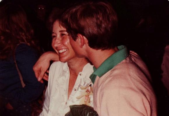 Bibliotekarka Jo Ellen Misakian z C. Thomasem Howellem, który zagrał Ponyboya w filmie Coppoli.
