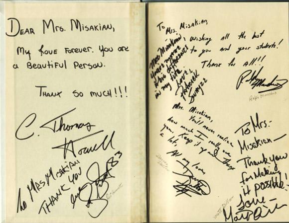 """Należący do bibliotekarki egzemplarz powieści """"Outsiderzy"""" z autografami aktorów."""