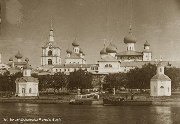Monastyr Sołowiecki, gdzie rozgrywa się akcja książki, na zdjęciu z 1918 roku.