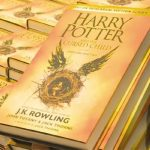 """""""Harry Potter i Przeklęte Dziecko"""" najszybciej sprzedającą się książką tej dekady w UK"""
