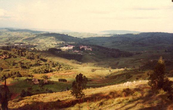 Żeńskie liceum położone w górach. To na zdjęciu nie znajduje się w Rwandzie, ale w sąsiedniej Republice Burundi.