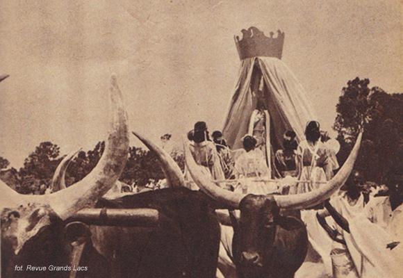 Uroczystości upamiętniające 50. rocznicę przybycia pierwszych misjonarzy do Rwandy (1950 rok). Na zdjęciu widać figurę Dziewicy Marii, którą ofiarowano jednej z misji. Figura Marii Panny Nilu opisana w powieści nie istnieje naprawdę.