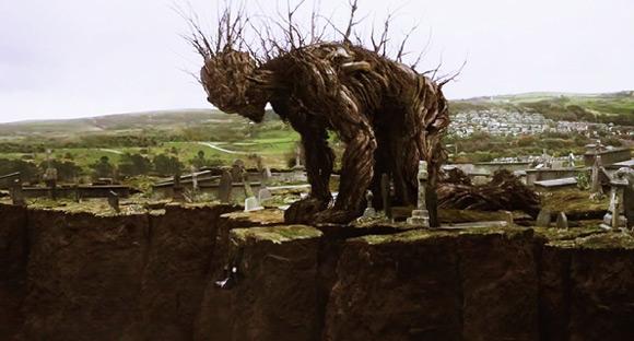 """Potwór odwiedzający Conora w ekranizacji """"Siedmiu minut po północy""""."""