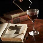 Bar oferuje koktajl alkoholowy z dodatkiem nalewki ze 100-letnich książek