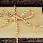 Polacy kupują mniej książek na prezenty świąteczne. Wolą kosmetyki, perfumy i słodycze