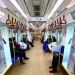 Biblioteczny pociąg na torach w Korei Południowej