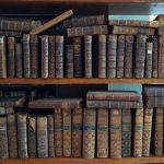 Mieszkaniec Olsztyna znalazł na śmietniku starodruki. Książki przekazał muzeum