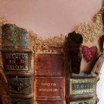 Francuska projektantka wykonała suknię przyozdobioną w skórzane grzbiety starych książek