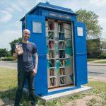 """Fan """"Doktora Who"""" zbudował mikrobibliotekę wyglądającą jak TARDIS"""