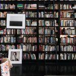 Hanya Yanagihara pokazuje regał, na którym trzyma swoją kolekcję 12 tysięcy książek