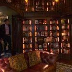 Dan Brown pokazał domową bibliotekę, w której trzyma wszystkie wydania swoich książek