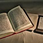 Dotyk papieru i zapach decydują, że sięgamy po tradycyjne książki, zaś po ebooki ? dla wygody. Wyniki najnowszego badania