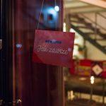 """Tak wygląda kawiarnia """"Jak zawsze"""" Zygmunta Miłoszewskiego w Warszawie. Otwarta tylko do niedzieli!"""
