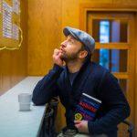 """Borys Szyc rozprowadza książki po ulicach Warszawy. Od poniedziałku szukaj na mieście """"Kobiety w oknie"""" A.J. Finna"""