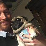 Andrew Sean Greer świętuje przyznanie Pulitzera dla najlepszej powieści, z psem przebranym w piżamę i tęczowe szelki