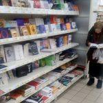 Starsza pani z Kijowa od 15 lat chodzi do hipermarketu czytać książki. Postawiono dla niej kanapę