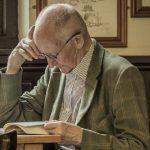 Nowe badanie potwierdza, że czytanie może uchronić przed demencją. Tryb życia i problemy zdrowotne najprawdopodobniej nie mają wpływu