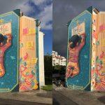 Barwnym muralem przemienił budynek w gigantyczną księgę