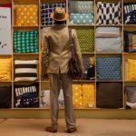 """Ekranizacja """"Niezwykłej podróży fakira, który utknął w szafie IKEA"""" od piątku w kinach. Wznowienie książki Puértolasa już w księgarniach"""
