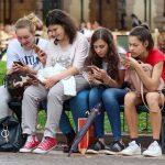 Nowe wyniki badań wśród nastolatków: media społecznościowe i smsy praktycznie wyparły codzienną lekturę książek