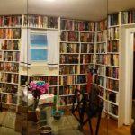 Amerykanin pokazał swoją imponującą kolekcję: wszystkie ściany domu wyłożone regałami z książkami