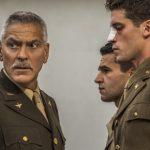 """George Clooney, Kyle Chandler i Hugh Laurie na pierwszych zdjęciach z miniserialu """"Paragraf 22"""" na podstawie powieści Hellera"""