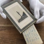 Nieznane wiersze Daphne du Maurier odkryte za zdjęciem pisarki w ramce