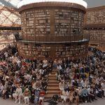W hołdzie dla Coco Chanel i Karla Lagerfelda nową kolekcję Chanel zaprezentowano we wnętrzu stylizowanym na bibliotekę