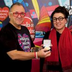 Olga Tokarczuk przekazała oficjalną replikę medalu noblowskiego na aukcję WOŚP