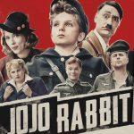"""Czy wiesz, że """"Jojo Rabbit"""" Taiki Waititiego powstał na podstawie książki? Powieść """"Niebo na uwięzi"""" już w księgarniach, film w kinach od piątku"""