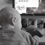 Małe dzieci zapatrzone w ekrany częściej będą wykazywać symptomy ze spektrum autyzmu, niż te, które bawią się i czytają z rodzicami? Wyniki kontrowersyjnego badania