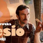 """Tomasz Kot debiutuje jako lektor audiobooków. Przeczytał """"Lesia"""" Joanny Chmielewskiej i wcielił się w tytułowego bohatera w spocie reklamowym"""