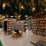 """W Lublinie otwarto """"zieloną"""" bibliotekę. Do jej zaprojektowania wykorzystano naturalne materiały, a z sufitu zwisają porosty"""