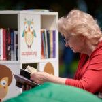 Książki pomagają wspierać samotnych seniorów podczas pandemii. Fundacja Zaczytani.org uruchomiła tele-biblioterapie dla osób starszych